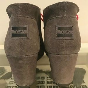 Toms Shoes - Sz 10 TOMs Gray Grey Suede Wedges Pink laces
